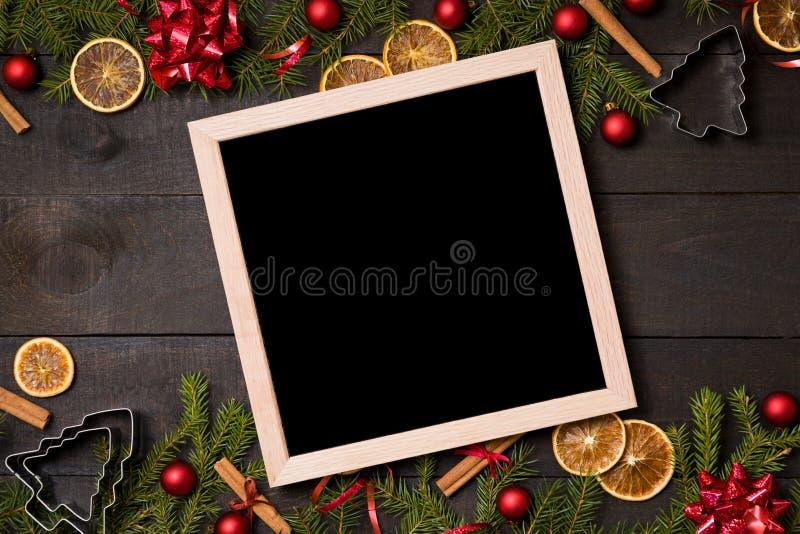 Κενό μαύρο chalkoard στο σκοτεινό αγροτικό ξύλινο υπόβαθρο με Chr στοκ φωτογραφίες με δικαίωμα ελεύθερης χρήσης