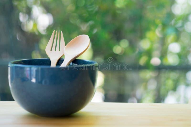 Κενό μπλε κύπελλο με το ξύλινα δίκρανο και το κουτάλι στοκ εικόνες