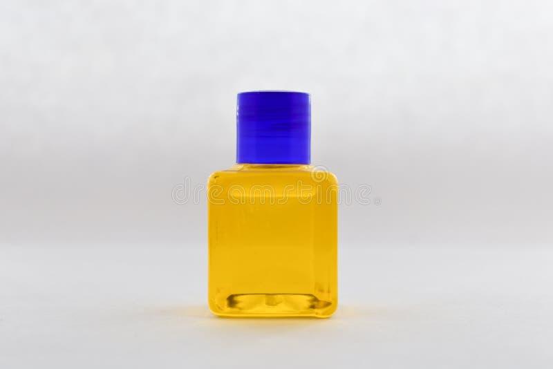 Κενό μπουκάλι, κίτρινο υγρό στοκ εικόνα