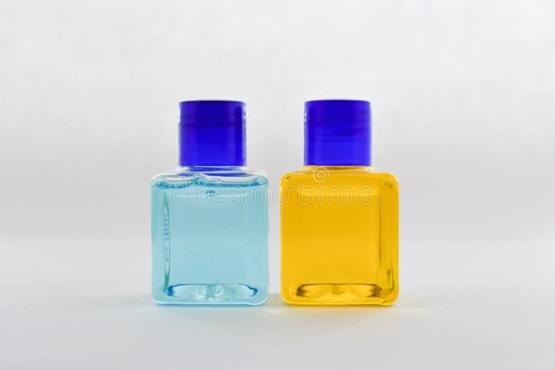 Κενό μπουκάλι, μπλε και κίτρινο υγρό στοκ εικόνα με δικαίωμα ελεύθερης χρήσης