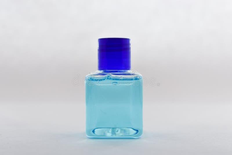 Κενό μπουκάλι, μπλε υγρό στοκ φωτογραφία με δικαίωμα ελεύθερης χρήσης