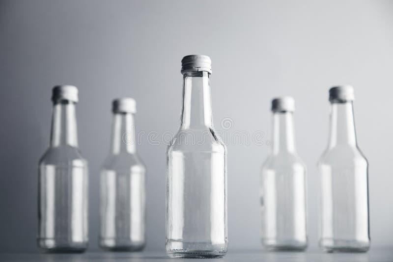 Κενό μπουκάλι γυαλιού cocoktail με το άσπρο σύνολο προτύπων ΚΑΠ στοκ φωτογραφία