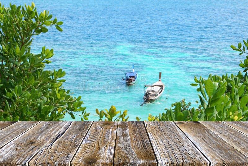 Κενό ξύλινο πεζούλι πατωμάτων προοπτικής στην ωκεάνια σκηνή, μακροχρόνιο υπόβαθρο βαρκών ουρών στοκ εικόνες με δικαίωμα ελεύθερης χρήσης
