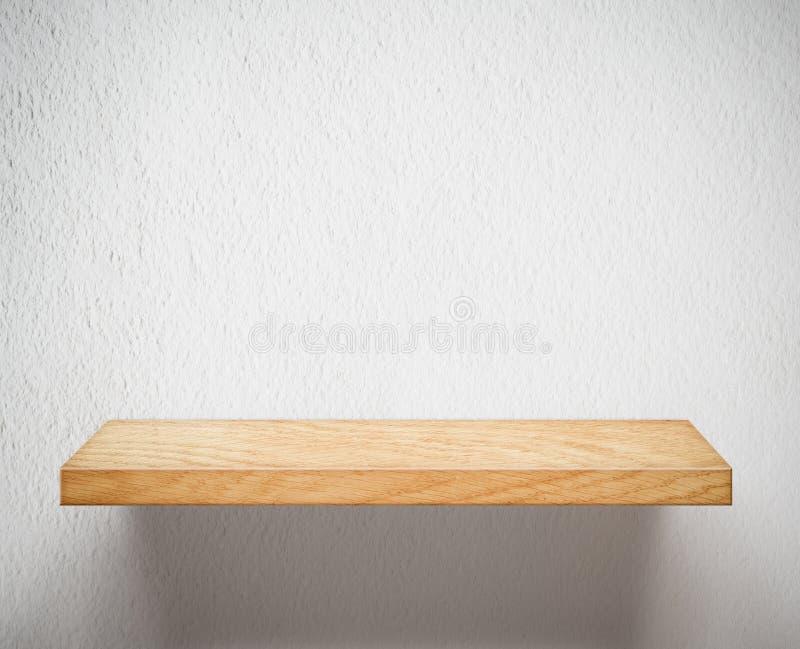 Κενό ξύλινο ράφι ή ράφι στον άσπρο τοίχο στοκ φωτογραφία με δικαίωμα ελεύθερης χρήσης
