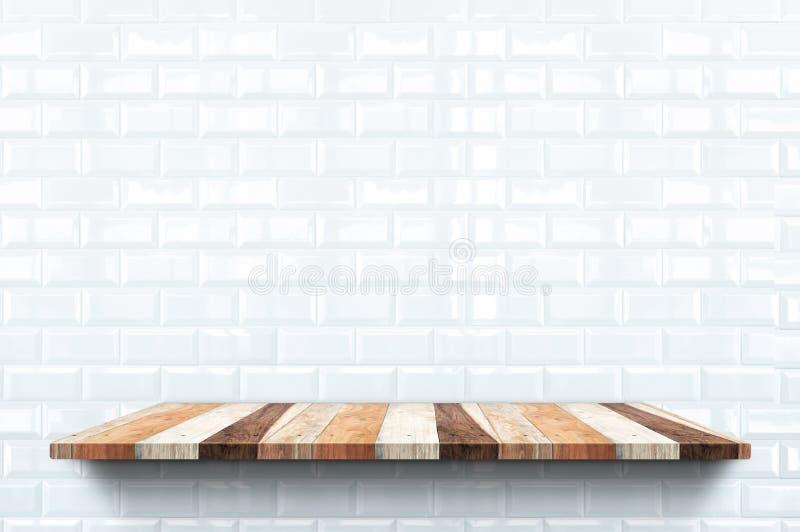 Κενό ξύλινο ράφι στο στιλπνό άσπρο υπόβαθρο τοίχων κεραμιδιών, την εσωτερική χλεύη σκηνικού επάνω για την επίδειξη ή το montage τ ελεύθερη απεικόνιση δικαιώματος