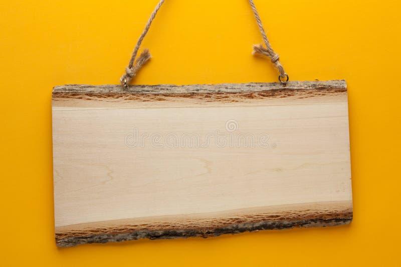 Κενό ξύλινο σημάδι με το σχοινί στοκ φωτογραφίες