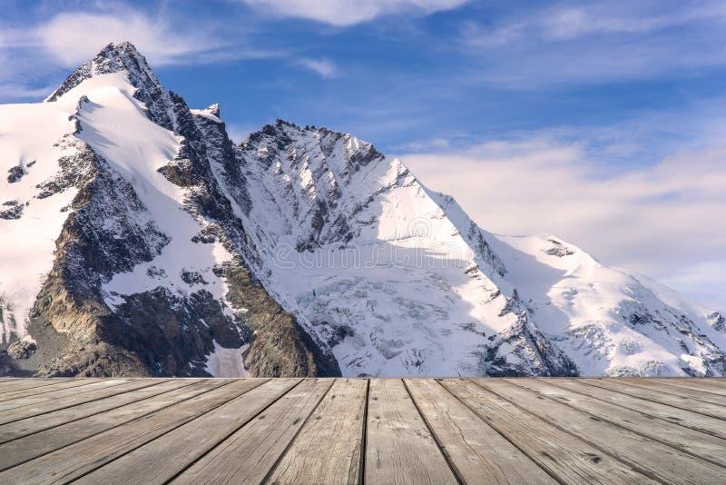Κενό ξύλινο πεζούλι με τη θέα βουνού του Franz Josefs Hohe Glacier στοκ εικόνα
