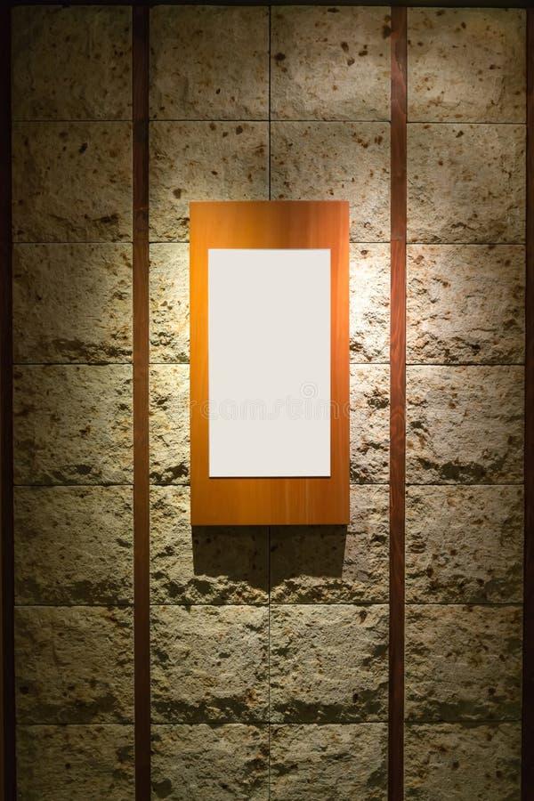 Κενό ξύλινο πλαίσιο στον τοίχο πετρών στοκ εικόνες με δικαίωμα ελεύθερης χρήσης