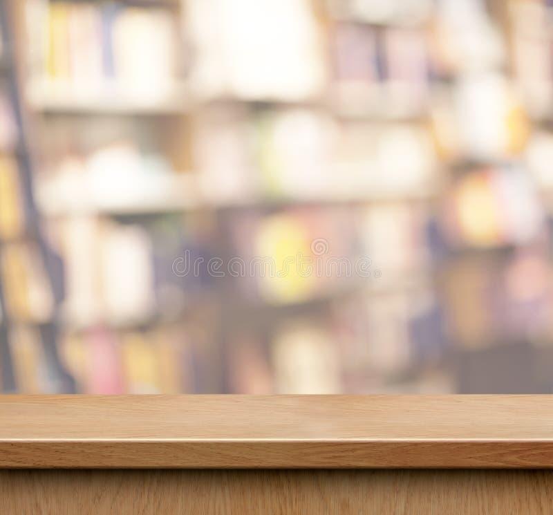 Κενό ξύλινο ράφι για την επίδειξη προϊόντων στο κατάστημα βιβλίων στοκ φωτογραφία