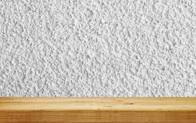 Κενό ξύλινο ράφι στον άσπρο τοίχο ασβεστοκονιάματος στοκ φωτογραφία με δικαίωμα ελεύθερης χρήσης