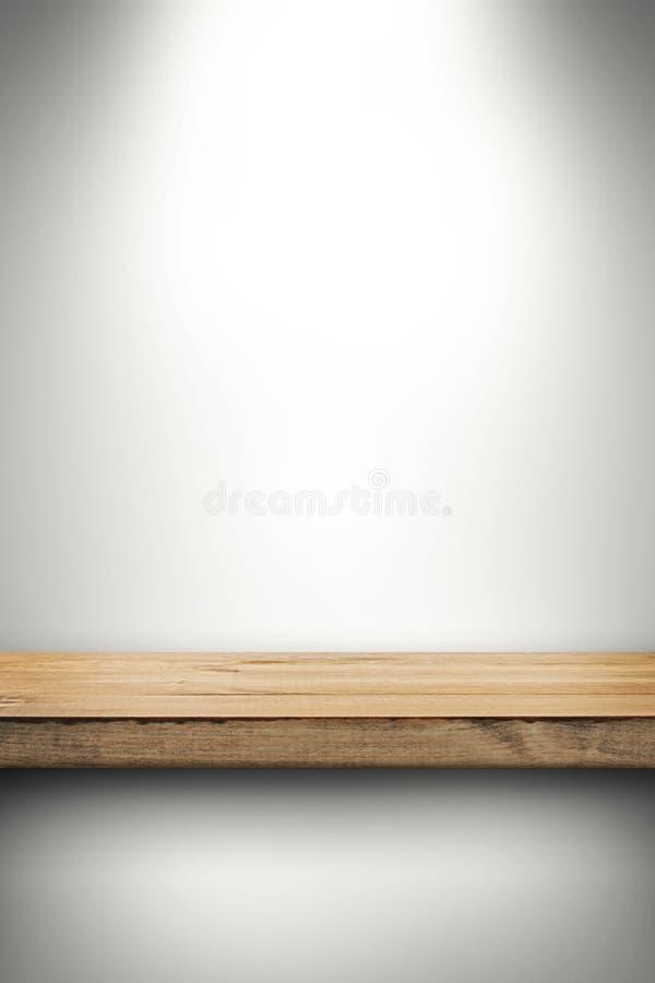 Κενό ξύλινο ράφι στον άσπρο τοίχο στοκ φωτογραφία με δικαίωμα ελεύθερης χρήσης