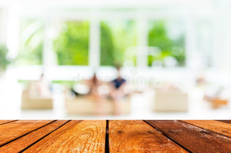 Κενό ξύλινο υπόβαθρο θαμπάδων πινάκων και καφετεριών με το bokeh imag στοκ φωτογραφία με δικαίωμα ελεύθερης χρήσης