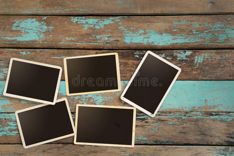 Κενό παλαιό στιγμιαίο λεύκωμα φωτογραφιών εγγράφου στον ξύλινο πίνακα στοκ φωτογραφίες