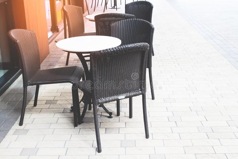 Κενό πεζούλι καφέ και εστιατορίων με τους κλασικούς πίνακες ύφους και τις καρέκλες, ηλιοβασίλεμα στοκ φωτογραφίες με δικαίωμα ελεύθερης χρήσης