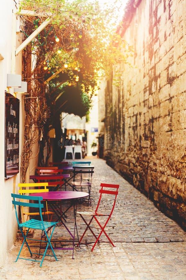 Κενό πεζούλι καφέ με τους πίνακες και τις έδρες στοκ εικόνα
