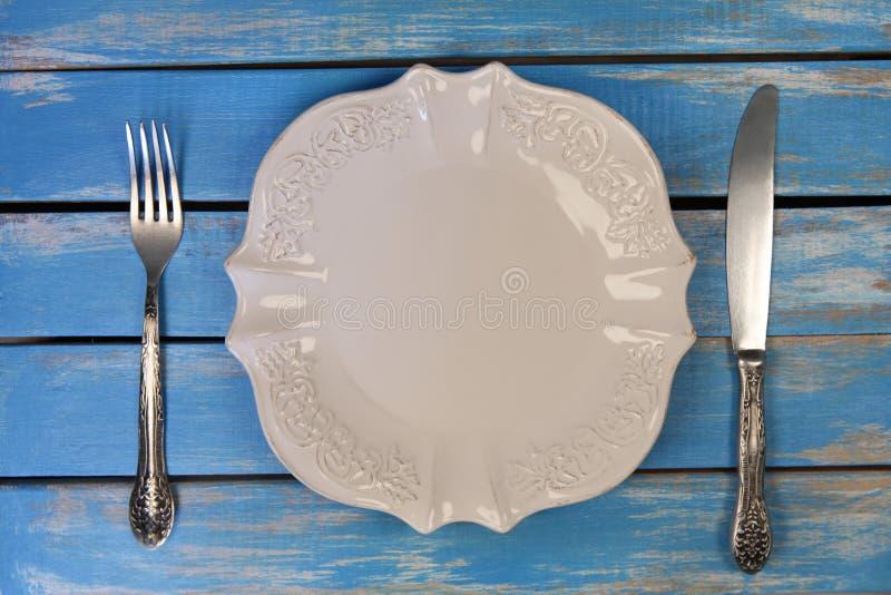 Κενό πιάτο με το μαχαίρι και το δίκρανο στοκ εικόνες