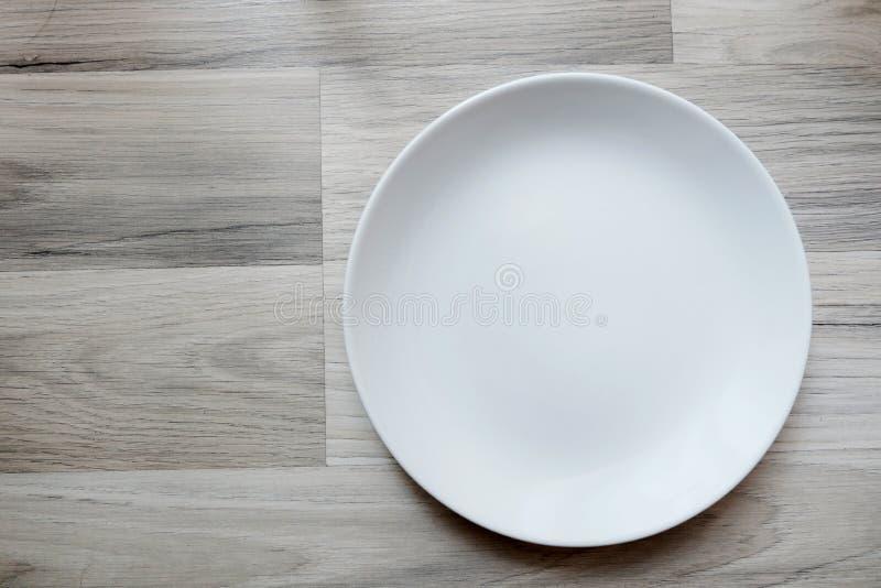 Κενό πιάτο στον ξύλινο flord στοκ εικόνα