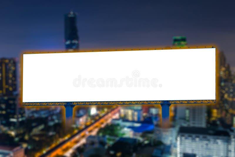 Κενό πινάκων διαφημίσεων για την υπαίθρια διαφημιστική πόλη αφισών τη νύχτα στοκ εικόνα