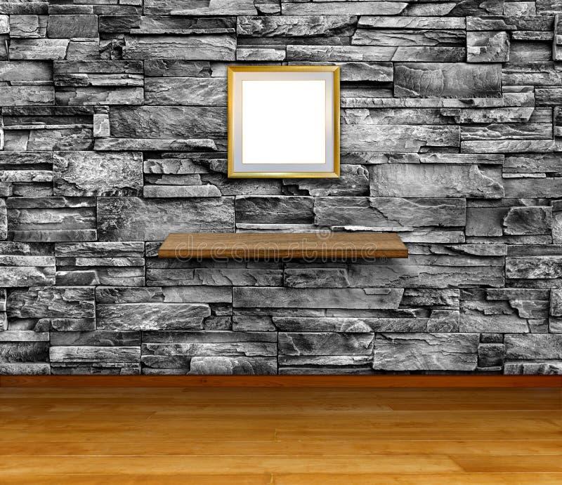 Κενό πλαίσιο και ράφι στον τοίχο από πέτρες γρανίτη, Πρότυπο για την εμφάνιση και την αντιγραφή χώρου στοκ εικόνες με δικαίωμα ελεύθερης χρήσης