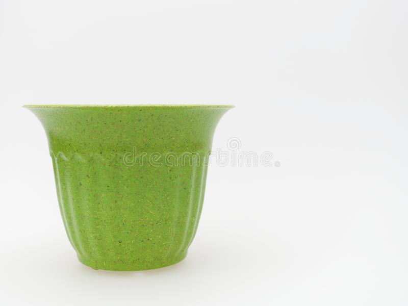 Κενό πλαστικό δοχείο πράσινων εγκαταστάσεων με διαστιγμένος και γδυμένος στο άσπρο υπόβαθρο στοκ φωτογραφίες
