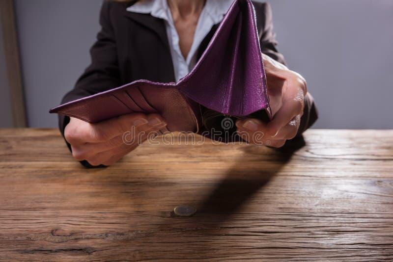 Κενό πορτοφόλι εκμετάλλευσης Businessperson στοκ φωτογραφία με δικαίωμα ελεύθερης χρήσης