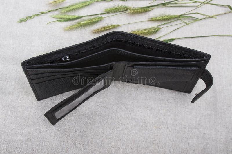 Κενό πορτοφόλι σε ένα ελαφρύ υπόβαθρο στοκ φωτογραφίες