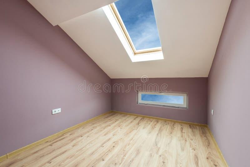 Κενό πορφυρό δωμάτιο με τα παράθυρα και μια πόρτα (πορεία ψαλιδίσματος) στοκ φωτογραφίες
