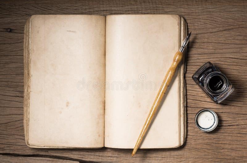 Κενό που ανοίγει το παλαιό βιβλίο στοκ εικόνα με δικαίωμα ελεύθερης χρήσης