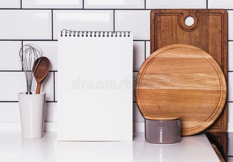 Κενό πρότυπο λευκωμάτων εγγράφου στην κουζίνα στοκ εικόνες με δικαίωμα ελεύθερης χρήσης
