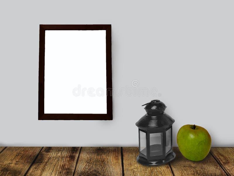 Κενό πρότυπο πλαισίων, φανάρι και πράσινο μήλο στον κενό ξύλινο πίνακα στοκ εικόνες με δικαίωμα ελεύθερης χρήσης