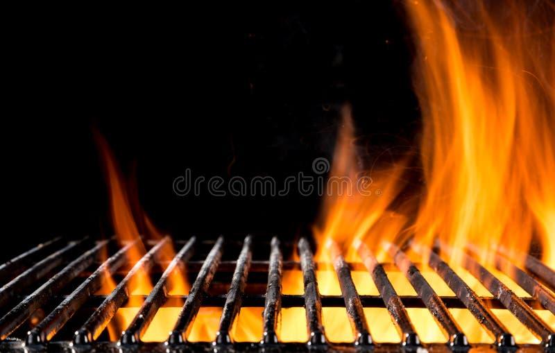 Κενό πλέγμα σχαρών με τις φλόγες πυρκαγιάς στο Μαύρο στοκ φωτογραφία