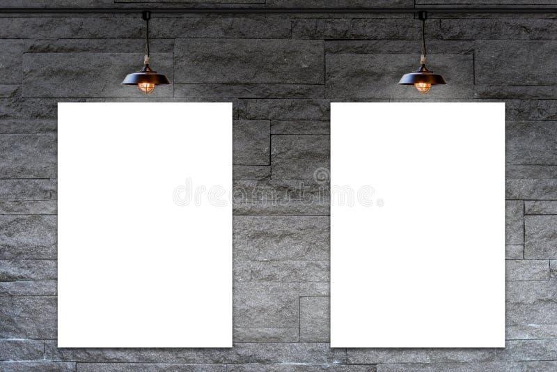 Κενό πλαίσιο στο διακοσμητικό τουβλότοιχο πετρών γρανίτη με το λαμπτήρα στοκ εικόνα με δικαίωμα ελεύθερης χρήσης