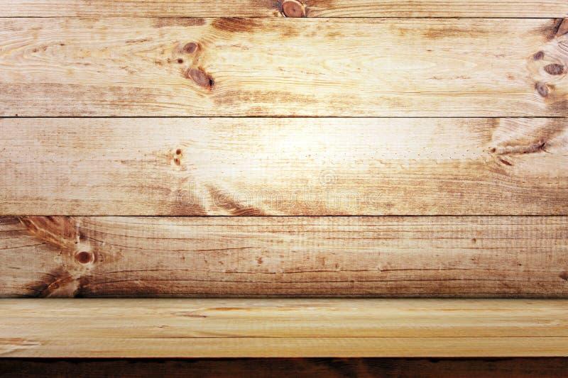 Κενό ράφι στο ξύλινο υπόβαθρο τοίχων στοκ φωτογραφία