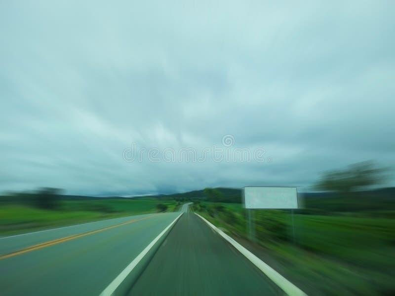Κενό σημάδι δίπλα σε μια μεγάλη εθνική οδό στοκ φωτογραφία με δικαίωμα ελεύθερης χρήσης