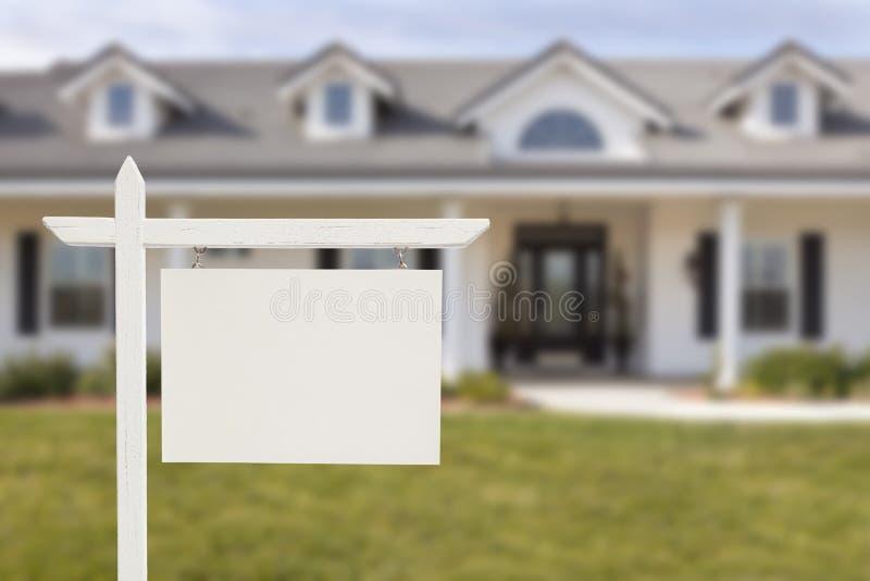 Κενό σημάδι ακίνητων περιουσιών μπροστά από το καινούργιο σπίτι στοκ φωτογραφία με δικαίωμα ελεύθερης χρήσης