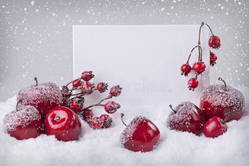 Κενό σημάδι με τις κόκκινες διακοσμήσεις Χριστουγέννων στοκ εικόνες