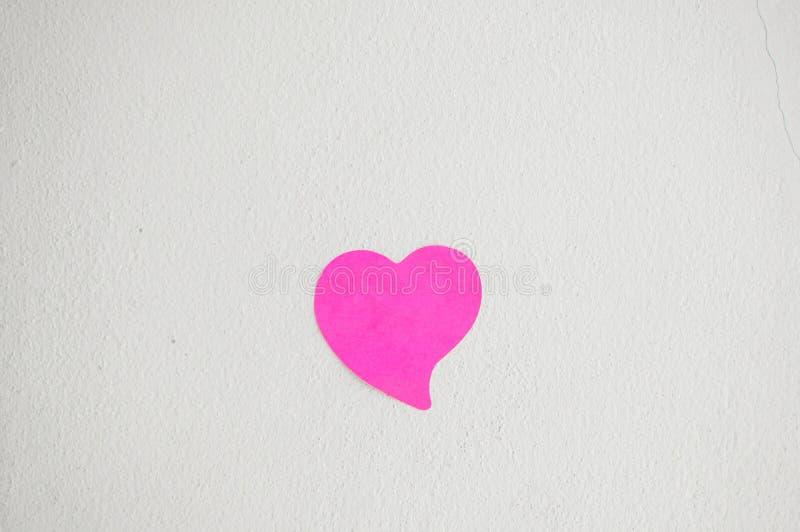 Κενό σημειωματάριο ή κολλώδες ροζ σημειώσεων στο άσπρο backgro τοίχων κονιάματος στοκ εικόνες