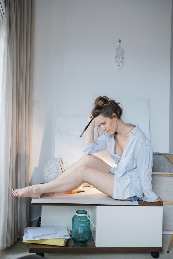 κενό σημειωματάριο ατόμων έμπνευσης Δημιουργικός όμορφος ζωγράφος γυναικών στο μέτωπο στοκ φωτογραφία με δικαίωμα ελεύθερης χρήσης