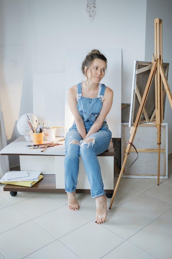 κενό σημειωματάριο ατόμων έμπνευσης Δημιουργικός όμορφος ζωγράφος γυναικών στο μέτωπο στοκ εικόνες με δικαίωμα ελεύθερης χρήσης