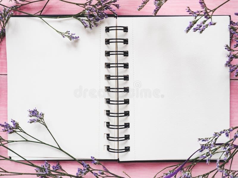 Κενό σημειωματάριο για τα συγχαρητήρια στοκ φωτογραφίες