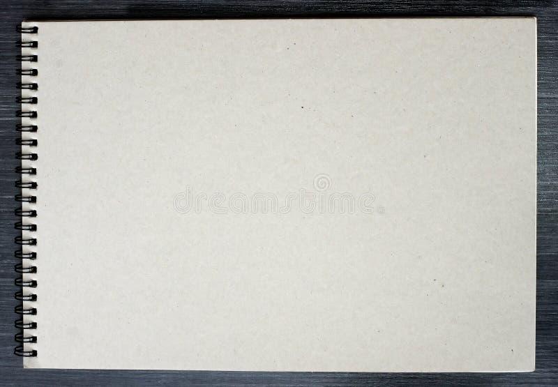 Κενό σημειωματάριο για τη σκιαγράφηση με τις σελίδες χαρτονιού στο μαύρο υπόβαθρο στοκ φωτογραφία με δικαίωμα ελεύθερης χρήσης