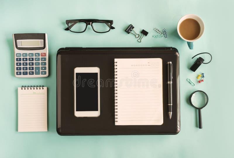 Κενό σημειωματάριο με το φλιτζάνι του καφέ στο γραφείο γραφείων στοκ εικόνες