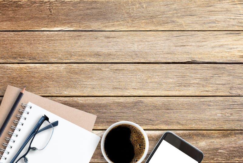 Κενό σημειωματάριο, μολύβι και καφές εγγράφου στην καφετιά ξύλινη επιτραπέζια ΤΣΕ στοκ εικόνα με δικαίωμα ελεύθερης χρήσης