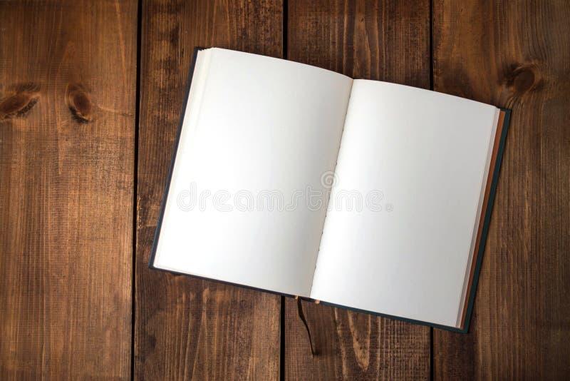 Κενό σημειωματάριο στον ξύλινο πίνακα στοκ εικόνες
