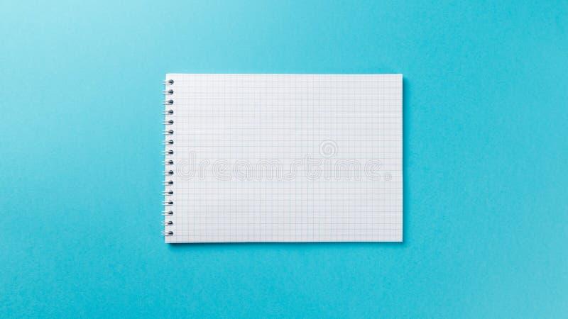 Κενό σημειωματάριο στο μπλε υπόβαθρο στοκ φωτογραφίες με δικαίωμα ελεύθερης χρήσης