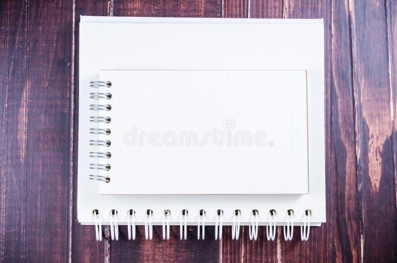 Κενό σημειωματάριο στο ξύλινο υπόβαθρο πινάκων στοκ εικόνες