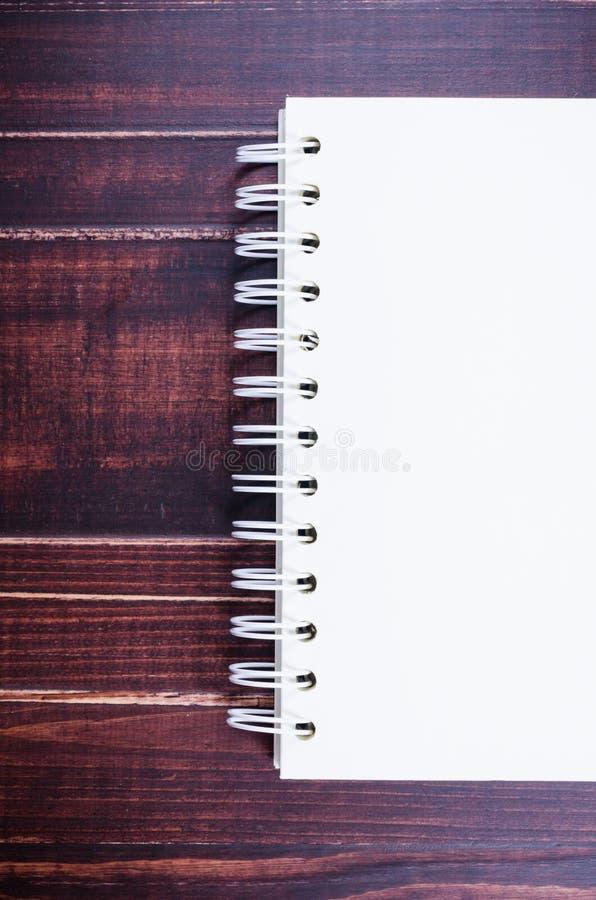 Κενό σημειωματάριο στο ξύλινο υπόβαθρο πινάκων στοκ φωτογραφίες με δικαίωμα ελεύθερης χρήσης