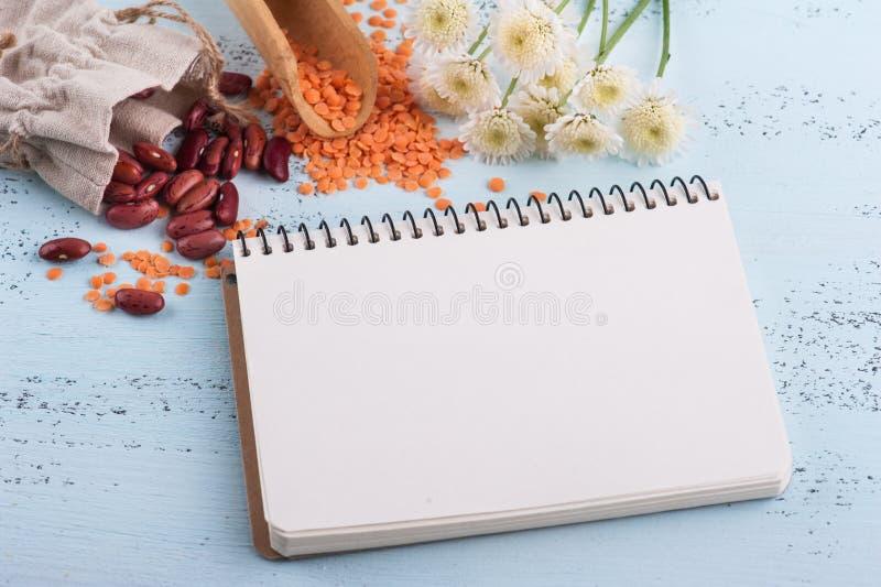 Κενό σημειωματάριο, φασόλια νεφρών στοκ εικόνα