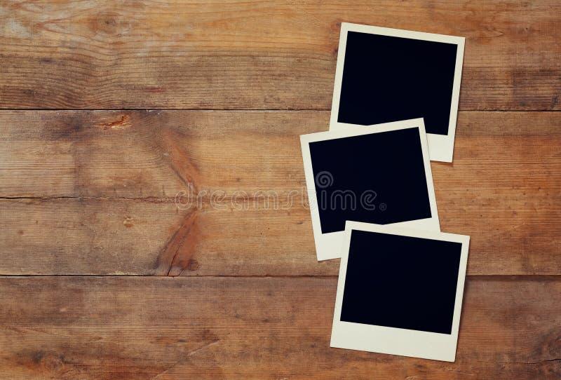 Κενό στιγμιαίο λεύκωμα φωτογραφιών έτοιμος να βάλει τις εικόνες στοκ εικόνα