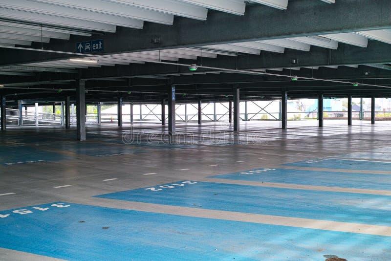 Κενό σύγχρονο πολλαπλής στάθμης κτήριο γκαράζ χώρων στάθμευσης με το αριθμημένο PA στοκ φωτογραφία με δικαίωμα ελεύθερης χρήσης